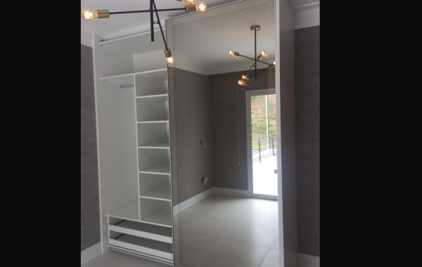 Armário com portas em vidro 37